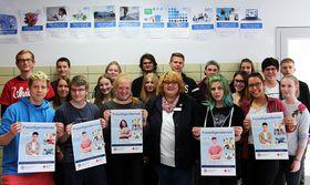 Die SchülerInnen der GMT Klasse des Beruflichen Gymnasiums der Adolf-Reichwein-Schule zusammen mit Frau Christiane Kempf von der DRK Schwesternschaft Marburg bei der Siegerehrung.